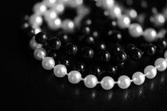 Collar de gotas blancos y negros en un fondo oscuro Rebecca 36 imagen de archivo libre de regalías