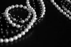 Collar de gotas blancos y negros en un fondo oscuro Rebecca 36 fotografía de archivo