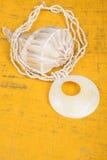 Collar de la concha marina en el fondo #1 del oro Fotografía de archivo libre de regalías