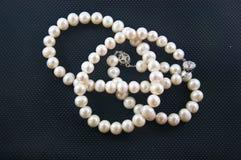 Collar de la perla contra Imagen de archivo