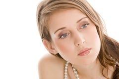 Collar de la perla de la mujer que lleva Imagen de archivo