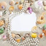 Collar de la perla del shell de la playa del verano del marco de la frontera Fotos de archivo libres de regalías