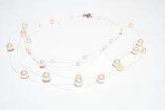 Collar de la perla en el fondo aislado blanco Imagen de archivo