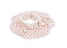 Collar de la perla en el fondo blanco. Fotografía de archivo