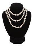 Collar de la perla en el maniquí negro aislado Fotografía de archivo