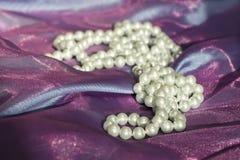 Collar de la perla en la tela de la organza del aire Preparación para una boda Intento-antes de fecha, Imagenes de archivo