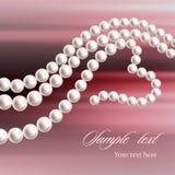 Collar de la perla en un fondo coloreado Collar en forma de corazón Imagenes de archivo
