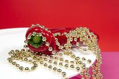Collar de la perla de la pimienta roja y del oro Fotografía de archivo libre de regalías