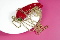 Collar de la perla de la pimienta roja y del oro Foto de archivo