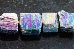 collar de la piedra preciosa iridiscente de la pirita en oscuridad Fotos de archivo libres de regalías