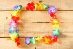 Collar de los leus coloridos brillantes de las flores en el fondo de madera imágenes de archivo libres de regalías