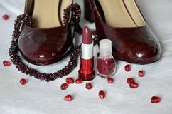 Collar de los zapatos, del lápiz labial, del esmalte de uñas y del granate de las mujeres Fotos de archivo