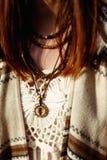 Collar de madera americano indio nativo de la decoración en mujer en el wo Imagen de archivo
