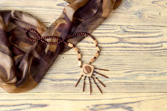 Collar de madera en la tabla Fotos de archivo libres de regalías