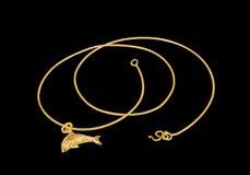 Collar de oro con el medallón de oro del delfín Foto de archivo