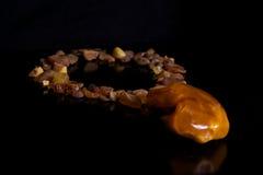 Collar de piedra ambarino fotos de archivo