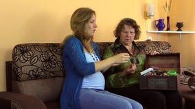 Collar de piedra ambarino del tamaño embarazada de la nieta con la abuela almacen de metraje de vídeo