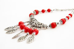 Collar de plata con los granos rojos Imagen de archivo