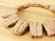 Collar de un jaspe en la madera Foto de archivo
