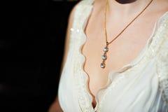 Collar del oro alrededor de su cuello en la novia Foto de archivo libre de regalías