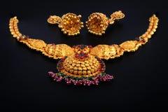 Collar del oro con los pendientes Imagen de archivo libre de regalías