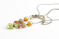 Collar del oro y granos cristalinos verdes Foto de archivo libre de regalías