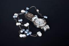 Collar del reloj y de la perla Fotografía de archivo