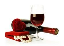 Collar del vino rojo y de la perla Foto de archivo libre de regalías