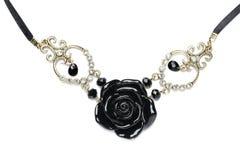 Collar hecho de rosas de piedra negras. Imágenes de archivo libres de regalías