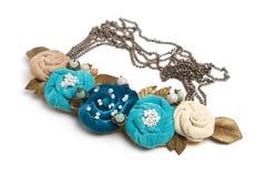 Collar hecho a mano bajo la forma de varias flores de colores ciánicos, azules y beige Fotos de archivo libres de regalías