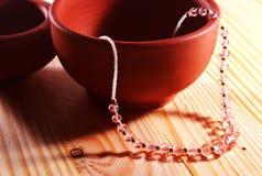Collar hermoso de las gotas con los potes de arcilla Fotografía de archivo