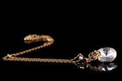 Collar hermoso del oro con la gema fotografía de archivo