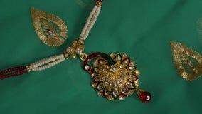 Collar moldeado pendiente del pavo real Imagenes de archivo