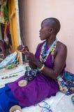 Collar que teje de la mujer hermosa del masaai fotografía de archivo