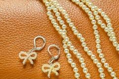 Collar y pendientes de la perla Fotografía de archivo