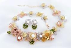 Collar y pendientes florales de la gasa con las perlas y el oro del akoya Imagen de archivo libre de regalías