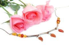 Collar y rosas rosadas Fotos de archivo