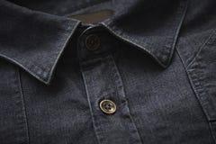 Collare sulla camicia del denim, fine su Fotografie Stock