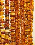 Collares ambarinos femeninos brillantes en parada en el bazar Foto de archivo