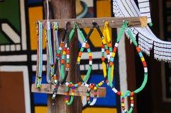 Collares coloridos hechos a mano únicos de las gotas para la venta en Suráfrica Fotos de archivo