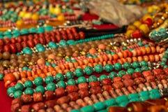 Collares de Coloful hechos de piedras preciosas Fotografía de archivo