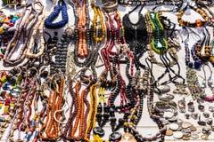 Collares de la joyería y pulseras del vintage en el mercado de pulgas en el PA Imagen de archivo libre de regalías