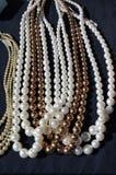 Collares de la perla en el mercado callejero Fotos de archivo libres de regalías