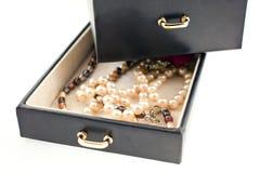 Collares de la perla en un rectángulo de joyería negro Imagen de archivo libre de regalías