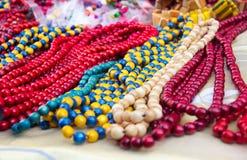 Collares multicolores de madera étnicos en el mercado Imágenes de archivo libres de regalías