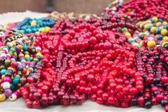 Collares multicolores de madera étnicos en el mercado Foto de archivo