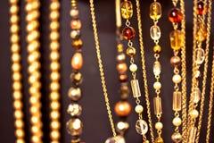 Collares y gemas de oro, dof bajo en negro Imágenes de archivo libres de regalías