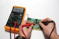 Collaudo del modem del calcolatore con il tester digitale Fotografie Stock Libere da Diritti