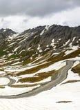 Colle dell'Agnello,法国阿尔卑斯:路在6月 库存照片