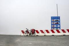 Colle dell'Agnello,意大利阿尔卑斯:自行车和雾 库存图片